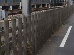 こちらは小田急線藤沢駅構内のコンクリート柵。