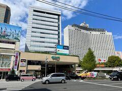 東京・品川『Wing TAKANAWA』  2020年6月5日にリニューアルオープンした商業施設 『ウィング高輪WEST』の写真。  私の今居る場所にあった『ウィング高輪EAST』は 2020年3月31日に閉館しました。  写真右側に写っている『SHINAGAWA GOOS(シナガワ グース)』も 2021年3月31日に閉館しました。 つまりアジア料理店【シンガポール・シーフード・リパブリック品川】 や、アメリカンレストラン【TGIフライデーズ】品川店も クローズしてしまいました。  <2015年5月28日にオープンした商業施設『品川シーズンテラス』、 【ロサンジェルス バルコニー テラスレストラン&ムーンバー】で ランチ、『SHINAGAWA GOOS(シナガワ グース)』内にある オシャレな「ザ ランドマークスクエア トーキョー」の 【ガーデンカフェ ウィズ テラスバー】でブランチ、 オープンカフェ【AUX BACCHANALES】高輪でティータイム、 『エプソン アクアパーク品川』その他お花見カフェ>  https://4travel.jp/travelogue/11112671