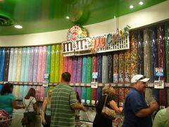 こちらは、エム アンド エムズ ワールドです。あのチョコレートのお店です。チョコだけでなく、アパレルや雑貨などグッズを豊富に売っています。壁一面に詰め合わせのチョコが並んでいます。自分で袋に詰め合わせを作れます。