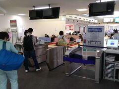 宮古空港では、乗り継ぎの際、搭乗ゲートを抜けて搭乗待合室に入ります。