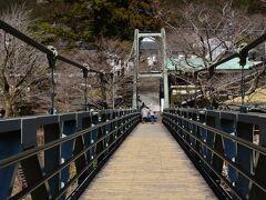 澤乃井ガーデンから多摩川にかかる釣り橋を渡ります