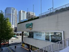 東京・品川『Wing TAKANAWA』  2020年6月5日にリニューアルオープンした商業施設 『ウィング高輪WEST』の写真。  ワインショップ【ENOTECA(エノテカ)】があります。