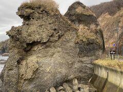 宿からほど近い親子熊岩  海へ落ちる子熊を母熊が助けようとしている姿が岩になっているそうです。 見えますか?