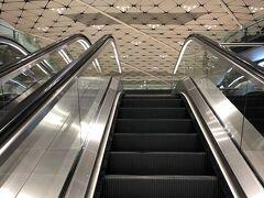 検査場であるミッドフィールドコンコースと呼ばれる香港航空のターミナルへ、地下を走ってる電車で移動します。