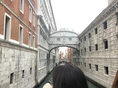 ため息橋(溜息の橋、嘆きの橋) 16世紀に架けられた、左のドゥカーレ宮殿と右の牢獄を結ぶ白大理石の橋