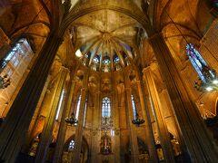 チュロス屋さんを出て歩いていると、大聖堂が見えたので行ってみました。朝の時間は礼拝の時間ということでか無料で入れるようで、思いがけず中を見学させてもらいました。