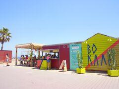 暑ーい!日が強ーい!! ということでビーチのカフェバーへ避難。