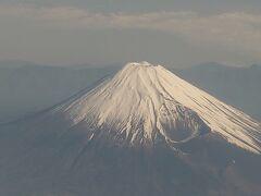 予定通りに離陸。しばらく本州南岸沿いに飛んでいきます。途中で富士山が良く見えました。