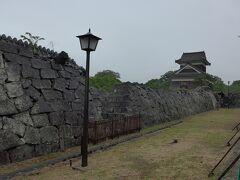 戌・威櫓と塀 手前の塀は大きく崩れ落ちています
