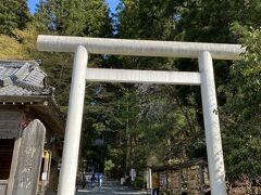 御岩神社にやって来ました。 創建時期は不明のようですが、古代より信仰の聖地であった神社です。