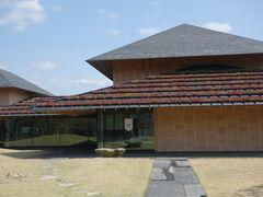 登米懐古館  登米ではストレート砕石がされていて、強度と表面の美しさから東京駅舎の屋根にも使われているそうです。(現在ではストレートは砕石されていません。) 庭園のアプローチは小端立て(こばだて)と敷石で構成されています。ストレートを縦に使われた斬新なつくりとなっています。