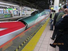 4/16の夕方、大宮駅。出発です。結構人が並んでます。