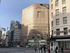 大阪・難波『なんばマルイ』の写真。  『大阪タカシマヤ』付近の5番出口から地上に上がりました。  『グリッズプレミアムホテル大阪なんば』の最寄りの出口は 「なんば」駅の6番ですが、5番出口にはエスカレーターがあったので こちらを利用しました。  「難波西口」交差点を斜め左方向に渡った「イチエイ総合ビル」と 「南海野村ビル」の間を進んだ右手に『グリッズプレミアムホテル 大阪なんば』があります。