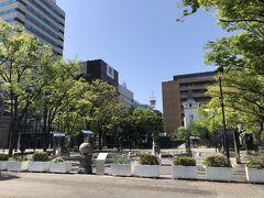 目的地の横浜開港資料館の隣りにある開港広場。 日米和親条約締結の地の碑(入口の丸い石)があります。