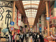 大阪・心斎橋「心斎橋筋」の写真。  『W大阪』をチェックアウトし、次のホテルに移動します。  2021年3月18日に『USJ』に「スーパー・ニンテンドー・ワールド」 がオープンしました。マリオの世界を堪能したいと思い、 候補日の2日のどちらでもいいので、マリオエリア付きの 「ユニバーサル・エクスプレス・パス」チケットをホームページで 取ろうとずっと粘っていたのですが、取れずに落胆・・・。  京都と大阪の高級ホテル『フォションホテル京都』&『W大阪』 に宿泊するので、1泊はお気に入りのビジホ(APA)に宿泊しようと、 2021年3月16日に開業した『アパホテル〈大阪天満橋駅前〉』の デラックスツインルーム(26㎡)を予約する予定でしたが、 そのお部屋は人気らしく満室でした (´Д`) というか、このルームカテゴリーはホテル館内に1室しかありません。 大浴殿【玄要の湯】で旅行疲れを癒したかったな~。  横浜・みなとみらいのアパホテルは安いのに眺望もお風呂も最高ですよ↓  <横浜みなとみらいを望む『アパホテル&リゾート〈横浜ベイタワー〉』 宿泊記 ① 高層階からの眺望は遊園地『コスモワールド』の観覧車& 横浜ベイブリッジ♪プール&大浴場&ジャグジーが快適!>  https://4travel.jp/travelogue/11673645  <『アパホテル&リゾート〈横浜ベイタワー〉』宿泊記 ②  朝食ブッフェ★クラフトビール醸造所【レボ・ブルーイング】で ディナー&お部屋からの夜景☆彡>  https://4travel.jp/travelogue/11677989  <写真は横浜ナイトビュークルージング★みなとみらいロープウェイ& 汽車道を通り『横浜ロイヤルパークホテル』70階のスカイラウンジ 【シリウス】で夜景を見ながらカクテルを♪カバーチャージについて>  https://4travel.jp/travelogue/11679202