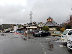 津山を出発し途中美咲町のコンビニで買い物などをして久米南町にある道の駅くめなんにやってきました。ここは2012年9月に旅行した際に津山に向かう途中に休憩した場所です。国道53号沿いの左右に駐車場があり使いやすい道の駅です。 雨は降り続いていますが、津山を出発したころに比べて収まってきました。