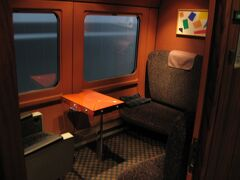 グリーン車には個室も設けられており、こちらもグループ旅行者や鉄道ファンに人気を博していました。