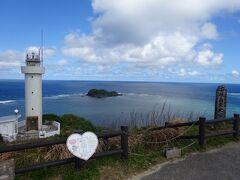 50~60m上がると灯台が見えてきますが、どちらかというと眼下になる、石垣島最北端の灯台を見ることができます。また灯台に向かって、右手に太平洋、左手に東シナ海という絶景が広がります。なおこの平久保崎灯台は、日本ロマンチスト協会より恋愛の聖地として「恋する灯台」と認定されています。ただ灯台には入ることはできません。  約400mほどの沖に位置する島は「大地離島」です。