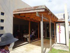 平野ビーチから来た道を約11km戻り、石垣島で一番人気の食堂(明石食堂)に到着。お店は、ソーキそばととんかつが美味しい、有名な行列店です。コロナ禍でも営業はしていましたが、13:20でも10名ほど並んでいました。待っても食べたかったのですが、どうしても密になるので泣く泣くあきらめました。   近くに並んでいた地元の親子に他の食堂を教えてもらい直ぐに移動。