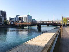 同じ船では福岡のカップルと小倉の女子高生の姿も。 16時過ぎに一緒に小倉へ戻り、小倉駅で解散。 まだ陽が高かったので、小倉城へお花見に行くことにします。  グーグルマップで小倉城方向へ歩いてきたら、 大きな木造の橋に整備された遊歩道が。 藍島から一気に都会へ舞い戻った感じです。 このギャップが面白い!