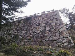 しばらくすると石垣が見えてきた。今日初めて目にする備中松山城中心部の石垣である。