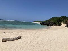駅から歩いて浜辺へ。 泳ぎたいくらいの綺麗な海!