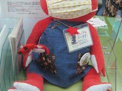 そして勿論、旭川中央図書館の主として長年君臨していらっしゃる、赤ガエルのジョニー君もマスク姿でお出むカエル…。