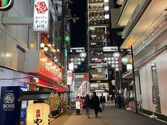 『グリッズプレミアムホテル大阪なんば』のお部屋をチェックし、 【ラウンジ】でアルコールをいただいた後は、「なんば楽座」通りを 歩いて難波方面へ。  ディナーに出かけます。  ここまでのブログはこちら↓  <東京・羽田-大阪・伊丹間NH19便ANAプレミアムクラス搭乗記♪ B787-8(国際線仕様)のプレミアムクラスの機内食&お酒★ 空港リムジンバスで京都駅へ♪>  https://4travel.jp/travelogue/11694931  <『フォションホテル京都』宿泊記 ①  最上級カテゴリー「プレステージスイート東山ビュー」に アップグレード★お部屋のグルメバーのスイーツは食べ放題♪>  https://4travel.jp/travelogue/11683050  <『フォションホテル京都』宿泊記 ② アフタヌーンティーは素敵な【サロン ド テ フォション】で パリ直輸入のマカロンなどをいただきました♪フィットネス【ジム】>  https://4travel.jp/travelogue/11685243  <『フォションホテル京都』宿泊記 ③  ピンクに包まれた【ペストリー&ブティックフォション】の商品の お値段★カフェ【FAUCHON LE CAFE(フォション ル・カフェ)】 日本橋高島屋S.C.店でランチ♪>  https://4travel.jp/travelogue/11685928  <『フォションホテル京都』宿泊記 ④  SEVENTEEN×NU'EST W(ニューイーストダブル)が広告モデル★ 韓国チキン【NENE CHICKEN】京都河原町店がオープン! 四条河原町~木屋町通りのグルメ>  https://4travel.jp/travelogue/11686773  <『フォションホテル京都』宿泊記 ⑤ フランスのプティ・デジュネ! マドレーヌやマカロン付きの朝食♪【レストラン グラン カフェ  フォション】【ル スパ フォション】カフェ【エリック・ローズ】 表参道でセブチ>  https://4travel.jp/travelogue/11687484  <『W大阪』宿泊記 ① シティビューコーナールームの 「スペクタキュラー」にアップグレード♪インターナショナルレストラン 【Oh.lala...(オーララ)】、ラウンジ【LIVING ROOM (リビングルーム)】★マリオットボンヴォイのチタンメンバー特典、 プラチナメンバー特典、ゴールドメンバー特典>  https://4travel.jp/travelogue/11683072  <『W大阪』宿泊記 ② 心斎橋の夜は大盛り上がり♪『大丸』心斎橋店 2021年3月に完成した『心斎橋パルコ』「心斎橋ネオン食堂街」 ミシュランシェフの唐渡氏の【ビストロカラト】【串かつ料理 活】 『ザ・リッツ・カールトン東京』でシャンパン付きランチ 『東京ミッドタウン』でお花見>  https://4travel.jp/travelogue/11683373  <『W大阪』宿泊記 ③ 【Oh.lala...(オーララ)】で朝食&メニュー、 カフェ【MIXup(ミックスアップ)】【鉄板焼MYDO(まいど)】、 『難波神社』>  https://4travel.jp/travelogue/11683707  <『W大阪』宿泊記 ④ アフタヌーンティーを【リビングルーム】で♪ 浴場&サウナの温浴施設が完備された屋内プール【WET(ウェット)】 がプラチナエリート特典で無料から一転有料に!プールバー【WET BAR (ウェットバー)】、フィットネスジム【FIT(フィット)】、 スパ【AWAY SPA(アウェイスパ)】>  https://4travel.jp/travelogue/11684586  <『W大阪』宿泊記 ⑤ 待機部屋「ワンダフルキング」からの眺望は 心斎橋&御堂筋、『大阪マリオット都ホテル』『あべのハルカス』、 道頓堀のドンキの観覧車>  https://4travel.jp/travelogue/11686307  <なんば駅すぐ!2021年3月開業のアクセス抜群の 『グリッズプレミアムホテル大阪なんば』宿泊記 ① 最上階の一番広い プレミアムダブルのお部屋★テラス付き【ラウンジ】で外飲み♪>  https://4travel.jp/travelogue/11688119