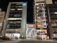 大阪・難波の御堂筋通を渡った場所に 2018年12月13日にオープンした商業ビル「GEMSなんば」 があります。  写真正面の「難波本通」を歩いて行きます。 右手に老舗お好み焼き【大阪ぼてぢゅう本店】があります。 今夜は何を食べようかなー?