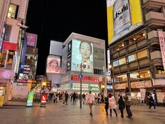 大阪・難波の戎橋筋商店街を進んでいくと、有名な「戎橋」が ありました。  まさかこの後、こちらのエリアを東京のテレビで、日に何度も 目にすることになるとは・・・( ゚Д゚) (ほぼ一日中、ニュース番組を観ているので)  右手に【かに道楽 道頓堀本店】があります。