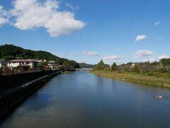 駅から商店街を進むと久慈川に到達します。 夏には鮎釣りの人で賑わう。