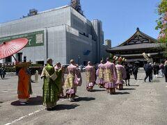 行列は大殿の前から安国殿へと向かいます。