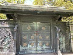 奥には徳川家墓所があります。 バロン夫婦は増上寺には何度も来たことがありますが、墓所には一度も入ったことがないので、今日は入ってみます。