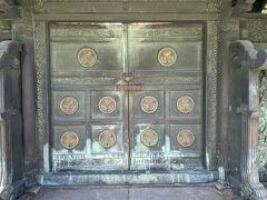 徳川家墓所門の正面からじっくりとみます 徳川家の葵の御紋 「元 文昭院殿(六代家宣公)宝塔前中門」 ここは締め切りとなっています。 内部は向かって左側にあるくぐり戸から入ります。