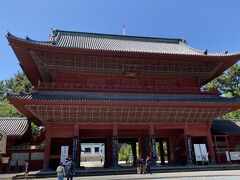 増上寺正面の三解脱門前です。