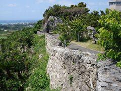 続いて与論城跡へ。城といっても作りかけで放棄されたので、残っているのは石垣だけです。高台から与論の町が一望できます。