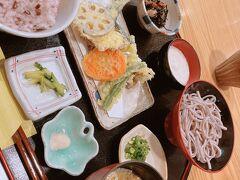 お昼は近江町市場で定食屋さんへ。