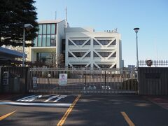 ゲートの向こうにあるのは横浜市西谷浄水場。 私の家に来ている水は間違いなくここで処理されたもの。  先程見た横浜FCの練習場ですが、横浜市水道局が所有するこの土地が公募されたので、応募の上、10年契約したんだそうな。