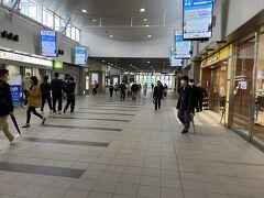 まずは荷物をホテルに預けて身軽になりましょう。 空港からのバスが着くバスターミナルはANAクラがある西口。 今回のホテルは東口ですので駅の中の連絡路を通って移動します。