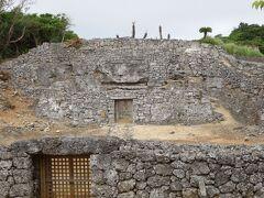 世之主の墓です。石垣に囲まれた立派な作りです。