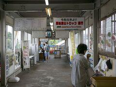 千葉駅から内房線に乗って5つ目の駅、JR五井駅に到着。 小湊鉄道のホームはこの駅の跨線橋を渡りますが、JRの改札を抜けずにそのまま跨線橋を渡ります。 この右手の女性が立っている場所で弁当を売っていました。車内で食べるつもりで購入。ちなみにビールなどのアルコールはJRの改札を出たコンビニでしか買えません。 小湊鉄道の切符はJRの窓口や販売機では売っていなくて、乗る人はJRの改札の係員にその旨を伝えて改札を通り抜けます。