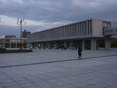 ●広島平和記念資料館@平和記念公園  僕がまだ幼稚園の頃、大切だから記憶しなさいと親戚と一緒に見学した資料館。 今でも、ショッキングな資料が頭の中に残っています。 大事なことは、繰り返さないことです。