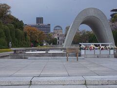 ●原爆死没者慰霊碑@平和記念公園  慰霊碑と奥に原爆ドームです。 朝の散歩やマラソン途中の市民の方たちが、手を合わせられてたのが印象的でした。僕もしっかりお祈りしてきました。