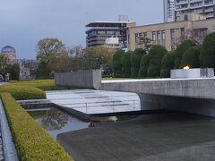 ●平和の池@平和記念公園  慰霊碑の後ろ側は平和の池です。 そして「平和の灯」 1964年3月1日に点火されて以来、今までずっと燃え続けています。 「核兵器が地球上からなくなるまでずっと燃やし続けよう」という想いが込められているそうです。