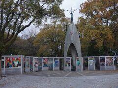 ●原爆の子の像@平和記念公園  これもとても有名な像ですね 「原爆の子の像」です。 周囲にはたくさんの折り鶴が飾られています。