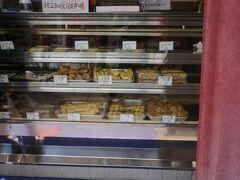 ●おはぎの店 こだま@マリンロード  おはぎ屋さんというのに、ショーケースには天ぷらばかり(笑)。 三原と言えば、タコ! タコ天を迷わず購入しました!