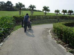 那覇空港近くの瀬長島です。  瀬長島の展望台へと向かう坂道! 登坂を次男君が車椅子を押して行ってくれます。
