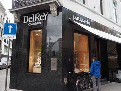 まずはデルレイ本店へ。 販売もカフェも9時からオープンしています。  まるでジュエリーショップのよう。 有名なダイヤモンドのチョコは試食で丸々1個いただけます!