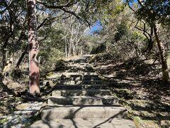 鋸山は山頂に日本寺があり、がっつり入場料が取られます。700円 入場料を払わないとロープウェイに乗ってすぐ降りるだけか、歩いて登山するのも途中で入場料を払わないと山登りもできません。地獄のぞきももちろん日本寺内です(知らなかった!!)