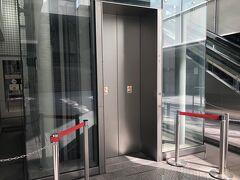 岩田屋前から地下に潜ります。もちろん、エレベーター利用。
